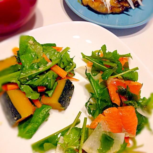 ルッコラサラダは大根とスモークサーモンはオリーブオイルとクレソルで、ニンジンとかぼちゃの煮物は塩麹で。 牡蠣の甘酢揚げはなんだこれってくらいウマイ。 - 1件のもぐもぐ - ルッコラサラダ2種&牡蠣の甘酢揚げ by kikicyoko