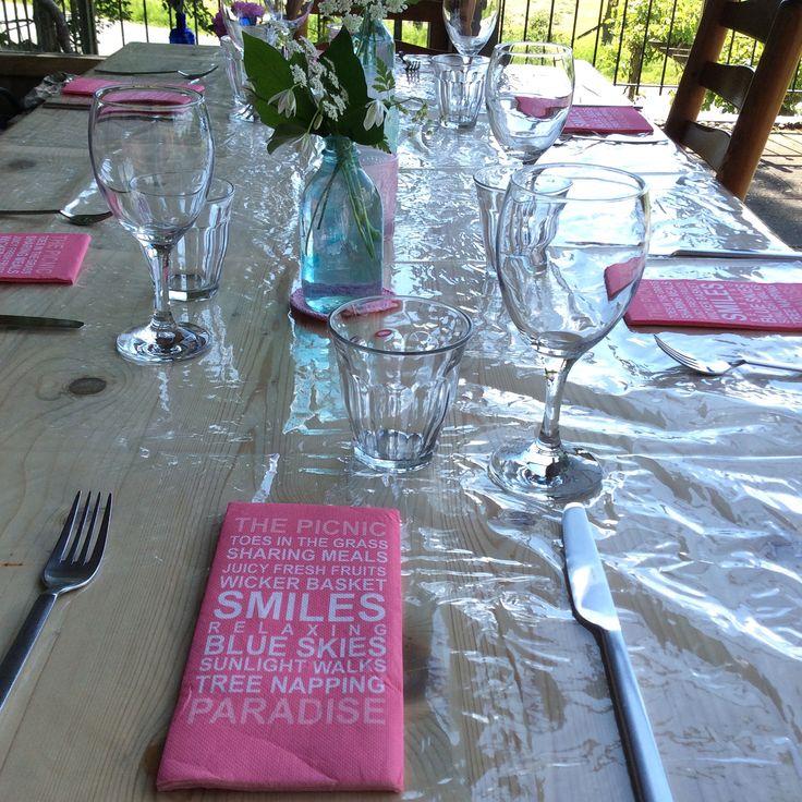 Tafel gedekt voor een gezellig etentje