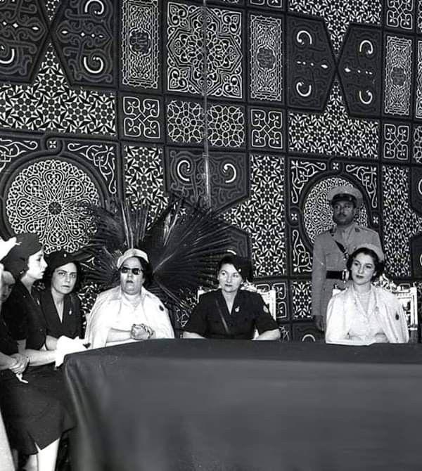 الأميرة فائزه هي الإبنة الثالثة للملك فؤاد الاول والملكة نازلي ولدت في 8 نوفمبر 1923وتزوجت من الأمير محمد رؤوف و هو أمي Old Advertisements Royal Family Royal