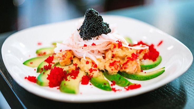 Insalata di avocado con gamberi, polpa di granchio e caviale, antipasto di pesce