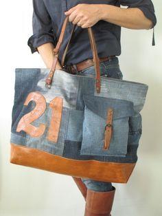 Dimensions:58cm de large par 36cm de hautFond du sac 45 x 14cmJeu d'associations et de découpesDifférents coloris et effets de jeanSurpiqures1 poche à souffletChiffres et étoile en cuirFond en cuir de couleur FauveAnses de longueur 49cm ( sans compter le cuir à même le sac) qui font que l'on peut aisément le porter à l'épaulePressions pour assurer la fermeture du sac 1 poche intérieureDoublé en lainage bleu nuit mouchetéTémoins vivant...