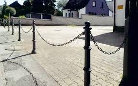 Giet-aluminium antiparkeerpalen. Rustiek model. Ideaal in oude dorpskernen met een karakteristiek aangezicht. Ook zinder ketting en ketting-ogen verkrijgbaar.