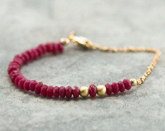 Rubino rosa gemma giada accatastamento bracciale, bracciale pietra preziosa giada lampone, Boho Chic gemma rossa perline gioielli, oro, bracciale di stratificazione