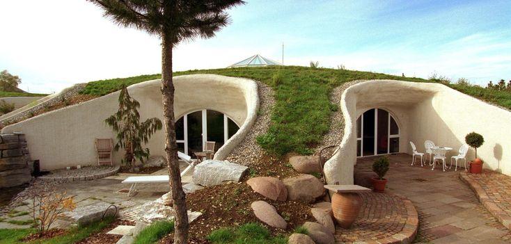 Wohnen wie ein Hobbit: Erdhäuser liegen seit den Herr-der-Ringe-Filmen im Trend. Bauherren können mit ihnen nicht nur ein ganz besonderes Ambiente genießen – sondern auch jede Menge Heizkosten sparen.