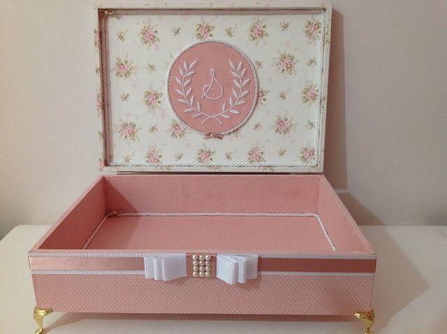 Caixa em mdf, inteira forrada com tecido, bordada os 2 lados da tampa, com pezinhos de metal que pode ser na cor dourada ou prata.  Medidas 34x24x8,5 (cm) + Pezinhos