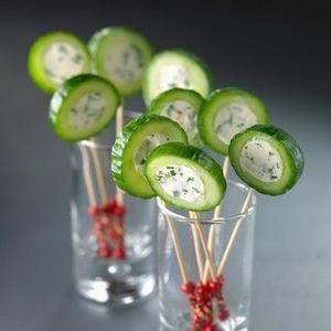 Bekijk de foto van cverstraeten met als titel Was de komkommer, en snij hem in stukjes van ongeveer 8 à 10 cm. Verwijder het hart van komkommer. Doe de (kruiden)kaas in een kom samen met bieslook en vul de komkommer. en andere inspirerende plaatjes op Welke.nl.