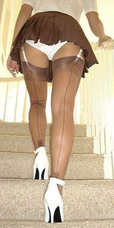 Фото женщина нагнулась и из под колготок видны белые трусики доставщик