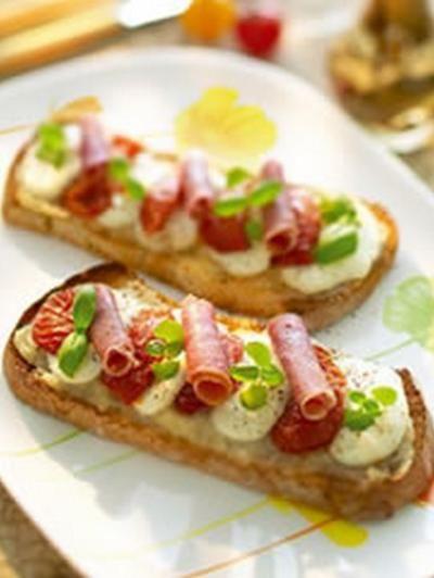 Image de la recette Bruschetta tomates confites, jambon italien, mozzarella et marmelade d'oignons                                                                                                                                                      Plus