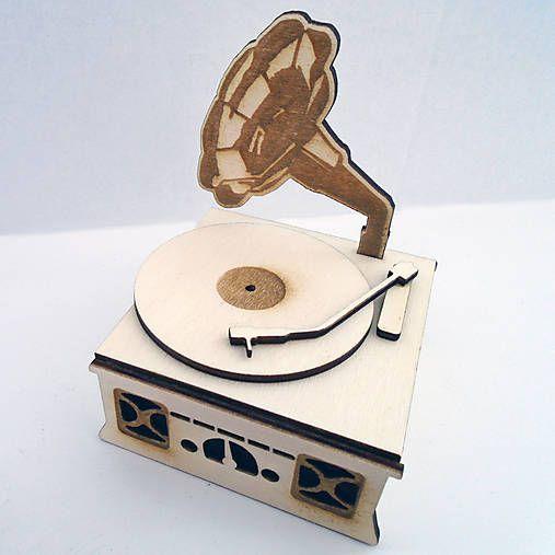 3D retro dekorácia gramofón z topoľovej preglejky. Dekorácia sa dá zhotoviť aj ako šperkovnica. Materiál: 3mm preglejka vyrobená z vrstiev lúpanych topoľových dýh.