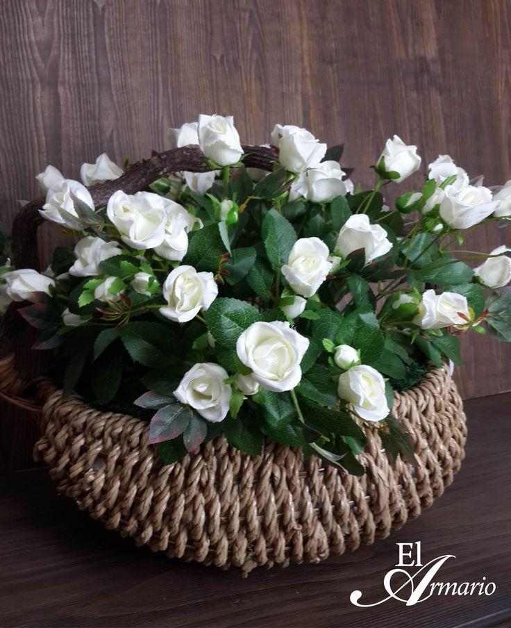 arreglo en canasta, con bush de  rosas blancas y musgo verde,  arrangement in basket, with bush of white roses and green moss.