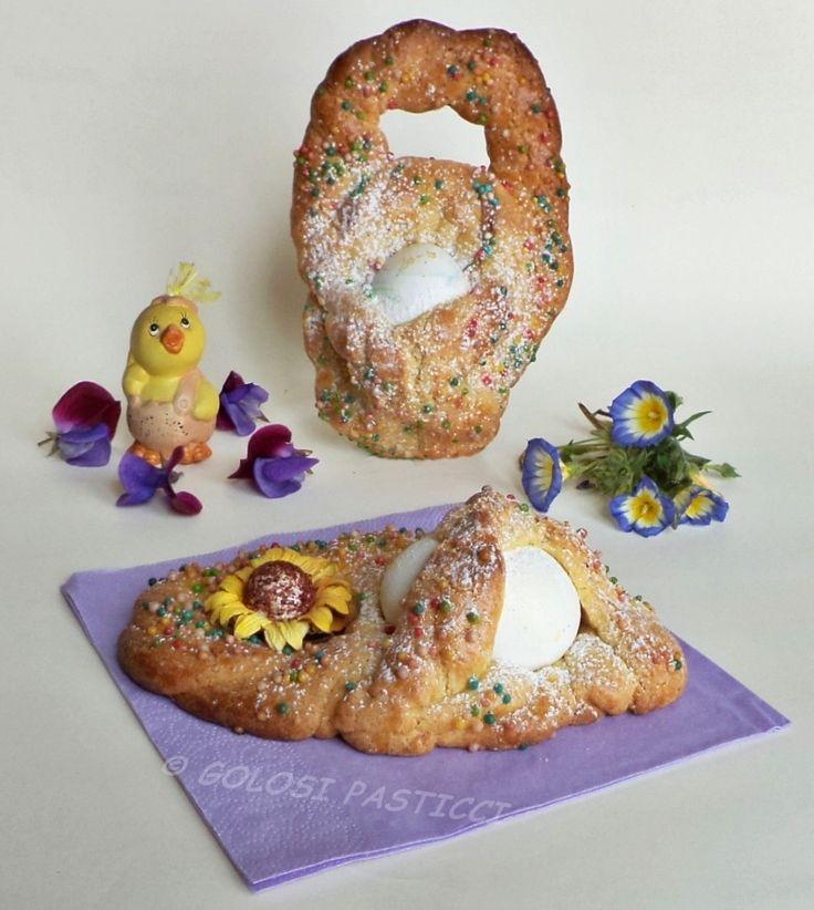 I biscotti pasquali siciliani detti in dialetto pupi cu l'ova, sono dei biscotti della tradizione contadina che si preparavano nel periodo pasquale.