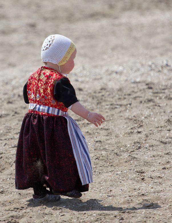 "Afgelopen zaterdag vlaggetjes dag Urk, dit popje liep op het strand, ""so cute"" #Urk"