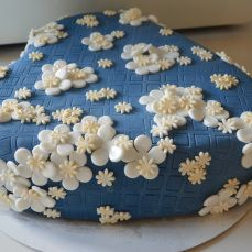 taart met witte en goude bloemetjes