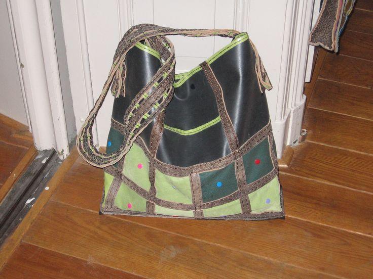 De band van de tas is het mooiste. Oude bank, oud suède jasje en nog wat restjes leer in bruine kleuren.