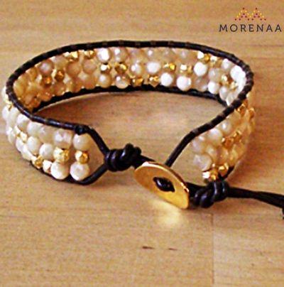Pulseras Idol - Tailandia $ 6.990  Cuero con perlas blancas y bañadas en oro, con broche.  Código: PU086 Medidas: 22 cm. / 1 vuelta, Estilo Boho