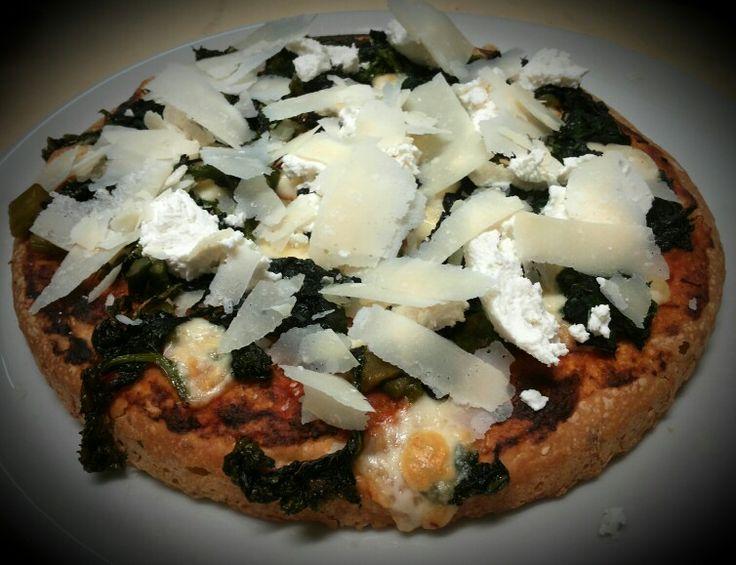 Pizza al tegamino DI MAGRO: spinaci, ricotta fresca, scaglie di grana...base margherita!!!