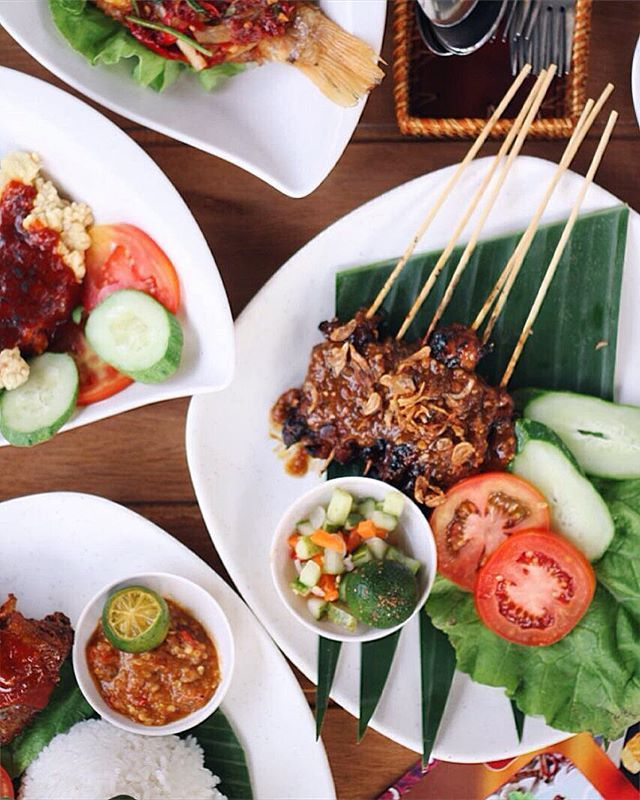 <NEW> LAST DAY promo discount 20% at @ayamkeratonptk! Salah satu menu yang #recommended itu SATE AYAM KERATON. Bumbu kacang nya yang rich, kental, dan berempah, berpadu dengan daging nya yang empuk dan gurih. Sedikit perasan jeruk nipis dan dimakan dengan acar nya. Duhh mantap! 👍🏻 Makanan disini cukup banyak dan bervariasi. Selain spesialis di varian ayam, ada juga ikan nila, lele bakar dan goreng, capchai, gado-gado, udang goreng telur asin, nasi goreng, bakmi goreng jawa, mie teow…