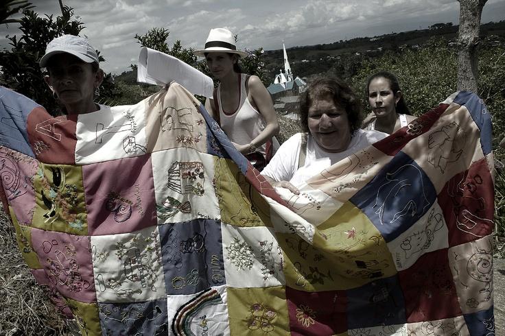 3. Las madres de las víctimas tejen la colcha de la memoria.  Crédito: Rodrigo Grajales.
