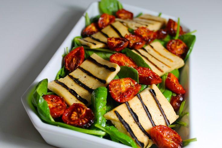 Jeg er gået lidt amok i salater af forskellige varianter her på det seneste. Jeg synes, at kunsten ved en god salat er, at der skal være forskellige konsistenser: sprødt, blødt, saftigt osv. og så skal der være forskellige smage, sødme, syre og friskhed.  Derfor var det perfekt, at jeg i s....