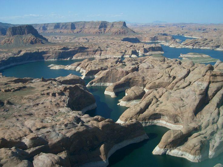 Lake Powell is een kunstmatig meer op de grens van de staten Arizona en Utah (het grootste deel ligt echter in Utah) dat wordt gevormd achter de Glen Canyon Dam, in de Coloradorivier.