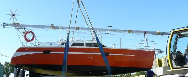 Construction Amateur, 1ère mise à l'eau Juillet 2009. Contrôlé par ICNN (agréé par Affaires Maritimes), Agréé C.E., 9,85m à la flottaison, 3,45m largeur, 1,80m hauteur sous barrots. Tirant d'eau: 1,7 m dérive basse; 0,70 m dérive relevée.