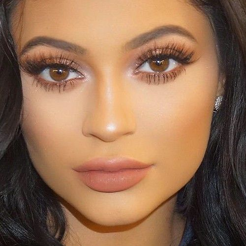 Kylie Jenner posted a Twitter image to thank to her 30 million followers on Instagram! She wore bronze eyeshadows and brown lipstick.