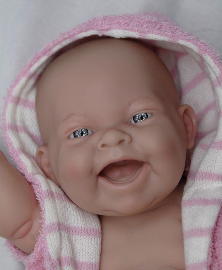 Realistické miminko holčička Lola v župánku od firmy Berenguer
