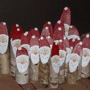 Handbemalter Birken-Weihnachtsmann / -Nikolaus mit einem kleinen braunen Organzasäckchen zum Befüllen mit kleinen Geschenken (Ringe, Schmuck, etc) oder Geld. Der Weihnachtsmann ist ca. 6-10 cm...