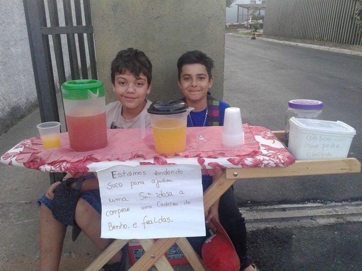"""""""Estamos vendendo suco para ajudar uma senhora idosa a comprar uma cadeira de banho e fraldas"""". Com essa frase, dois pacotes de suco em pó e uma tábua de passar roupa, dois garotos de apenas 11 e 12 anos, chamados Guilherme e Arthur, criaram uma verdadeira rede de solidariedade em Curitiba."""