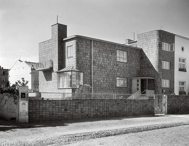 Willa z ogrodem, architekt Romuald Gutt, projekt ogrodu Alina Scholtz, 1934, ul. Kielecka 33a [1]