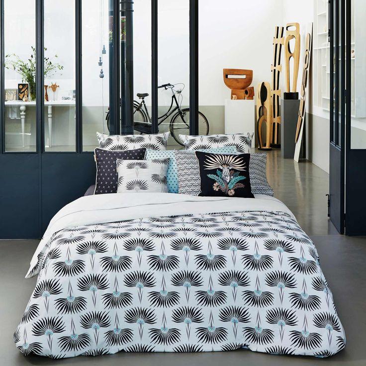 Motif à la fois naturel et fastueux, la palme est içi revisitée dans un style art déco sur cette parure de lit en percale 80 fils/cm2. Une pièce tendance sûre et incontournable de bon chic et d'intemporalité qu'on aimera longtemps.La parure est composée de :Lit 160x2002Taies d'oreiller62x62 cm1Housse de couette260x240 cmParures 160x220 cm s'adaptent aussi aux lits de 180x200 cm.