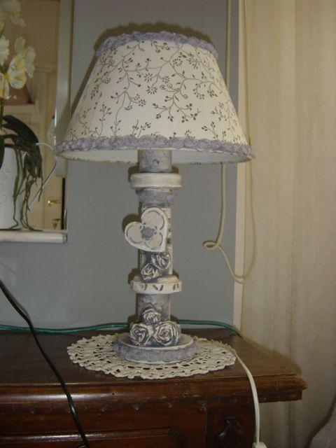 lampada assemblata con tondi di legno bucati e decorata con cuore di lagno e rose di carta di giornale dipinti stile shabby