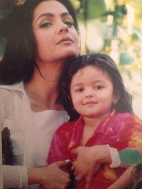 You must have seen this picture. See how cute baby Alia looks in this picture.