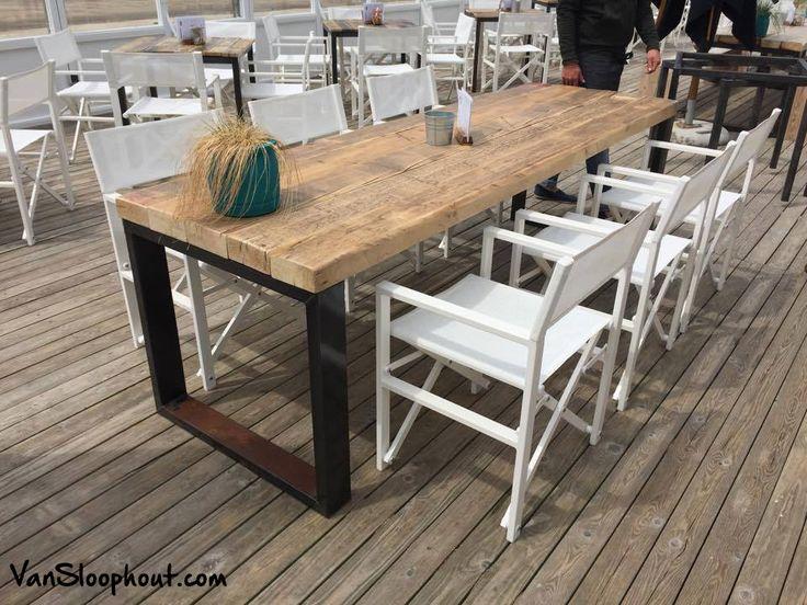 Sand pepper hebben tafel van gemaakt van oude houten balken en een stalen o - Industrieel verblijf ...