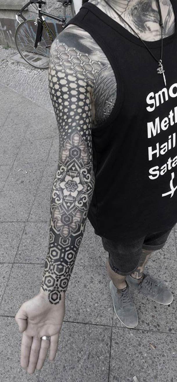 Une sélection des tatouages créés par le japonais Kenji Alucky, un tatoueur itinérant originaire de l'île d'Hokkaido, qui mélange avec talent fractales, motifs tribaux, mandalas et pointillisme dans des créations à la fois sobres et complexes…
