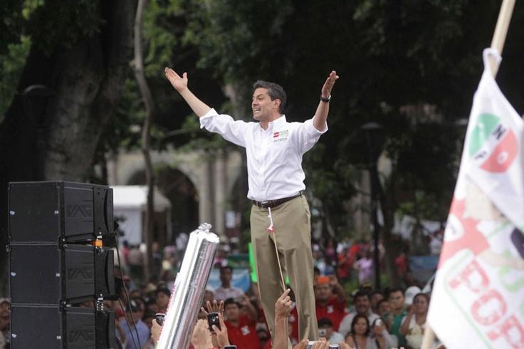 11/Abril/2012 Día 13 - Enrique Peña Nieto estuvo en Guelatao, Oaxaca, donde montó guardia de honor en el monumento a Benito Juarez y declaró que no haría caso a los ataques en su contra por parte de sus contrincantes.