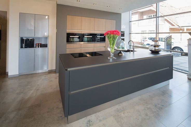 Kuche Grifflos Glas Matt Lavaschwarz Mit Hochsch Arbeitsplatte Glas Grifflos Hochsch Kuche La Home Kitchens Kitchen Remodel Design Kitchen Interior