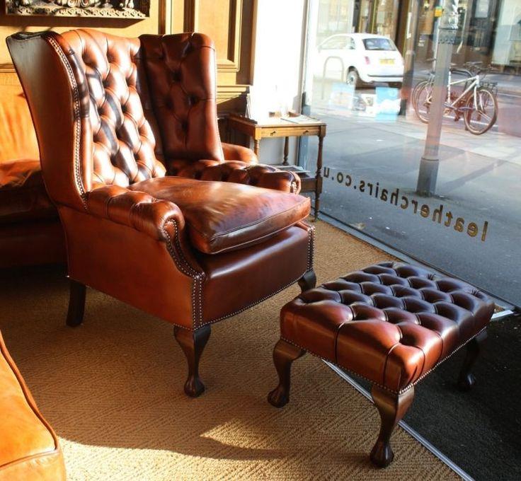 der Klassiker - Chesterfield Sessel und Hocker aus braunem Leder