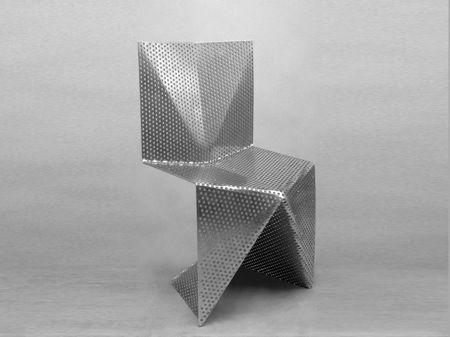 """Faite d'une seule pièce de tôle d'aluminium perforée et pliée, sans assemblage ni soudure, la chaise """"tfl03alu"""" est un prototype créé par le designer Tobias Labarque. ..."""