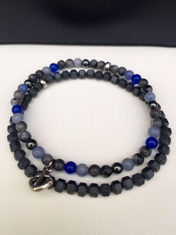 Magnifique bracelet fait en perle naturelle de labradorite, dhématite, de jade bleu de 4mm monté sur un cordon en nylon de grande qualité avec une perle en métal argenté pour la finition. une breloque ancre marine vient parfaire ce bracelet.  Diamètre du bracelet : 16,5cm  Dautres modèles ici: https://www.etsy.com/fr/shop/lesptitskdo?ref=hdr_shop_menu&section_id=18811430  //////  Livré dans une petite pochette // Possibilité dune carte cadeau N hésitez pas à me contacter pour toute demande…