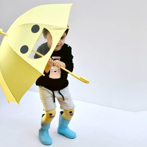 Un parapluie jaune pour les petits, qui fait un grand sourire au mauvais temps. Chouette. Longueur : 67 cm. Diamètre : 73 cm.