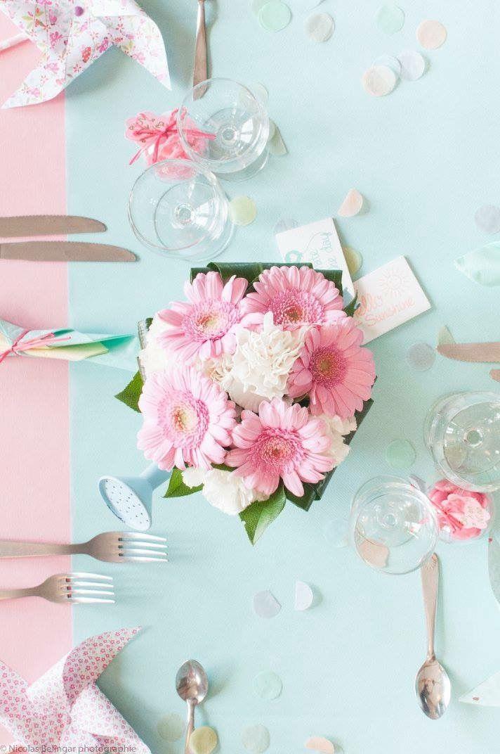 Deco pastel baptême fille bouquet de fleur centre de table dans arrosoir mint et rose gerbera et œillet