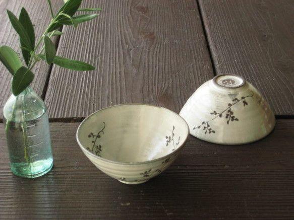 くらふとどごんの飯茶碗です。少し小ぶりの茶碗。茶碗は、作り手の気持ちを込めやすい商品だと思います。サイズ、デザインなどこだわって作ります。ツタカラクサ柄は、昔...|ハンドメイド、手作り、手仕事品の通販・販売・購入ならCreema。