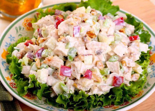 """Cum puiul la rotisor nu este scump la noi și e extrem, extrem de delicios, îl folosim destul de des. Dar ce facem cu resturile rămase, pe care nu le putem considera """"o masă întreagă""""? Le băgăm în ceea ce am declarat, cu mâna pe inimă """"cea mai bună salată de pui din lume"""". Nu …"""