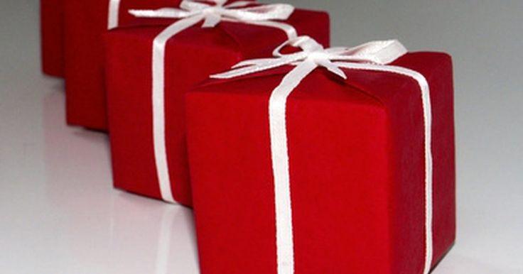 Cómo iniciar un servicio de envoltura de regalos y cómo establecer los precios. En cumpleaños, Navidad, bodas y otras ocasiones donde se dan regalos, hay mucho para envolver y el tiempo nunca es suficiente. Los servicios de envoltura de regalos le dan a la gente la opción de pagar a alguien para envolver los paquetes y así poder ahorrar tiempo o simplemente crear una presentación más profesional. Los servicios de envoltura de ...