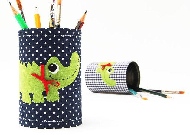 Individuelles Utensilo für Stifte, Pinsel, Scheren und Bastelzeug. Zauberhaft recycelte Blechdosen.  Als Farbtupfer hat das Krokodil eine festgenähte Satinschleife am Hals.  Der Preis bezieht...