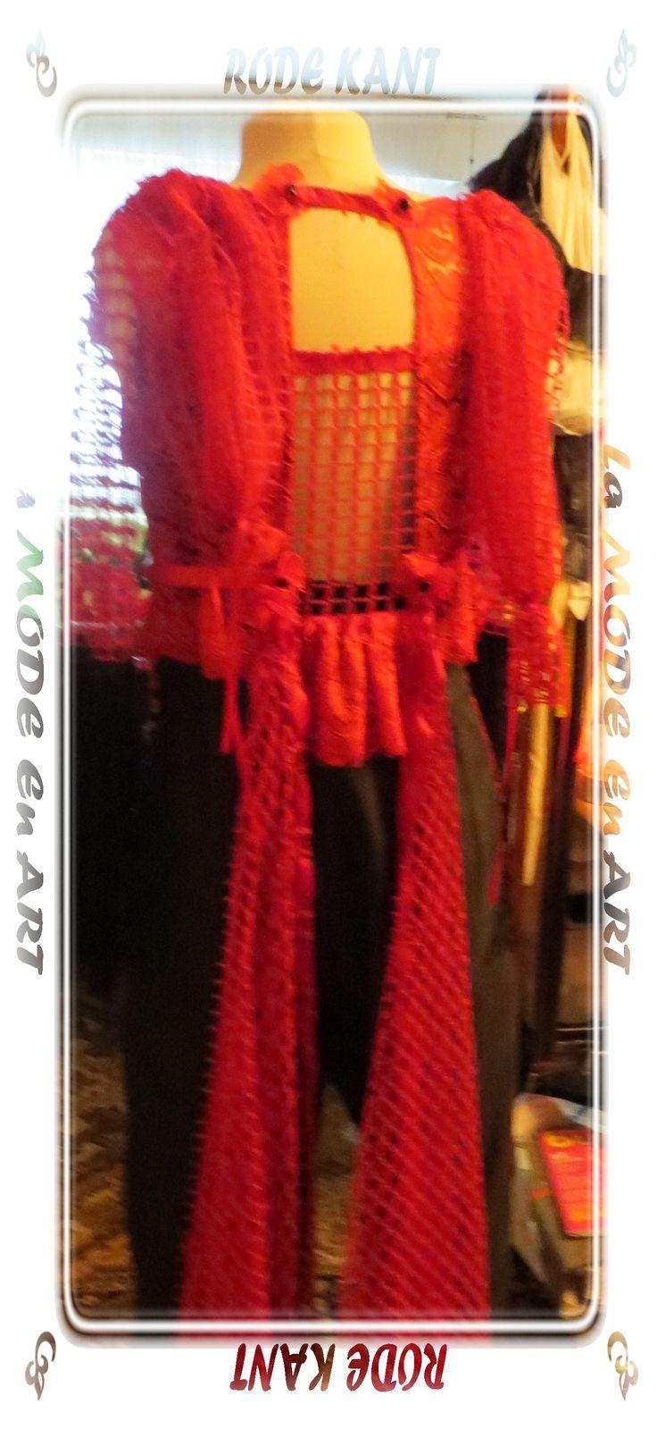 RODE KANT une création : La MODE En ART - le pantalon asymétrique est confectionné en taf-tan noir , drapé sur la jambe droite recouverte d'une dentelle rouge , - le corsage devant cousu en dentelle rouge est coupé avec une fine ceinture en satin noué dans la taille - le dos avec un décolleté profond dans le milieu du dos est fabriqué en filet de coton parsemé par des petites fleurs découpées .....