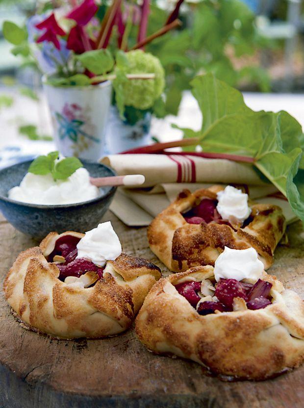 Pak de syrlige rabarber ind i sød butterdej, og nyd en af forårets lækreste råvarer med en god klat græsk yoghurt til.