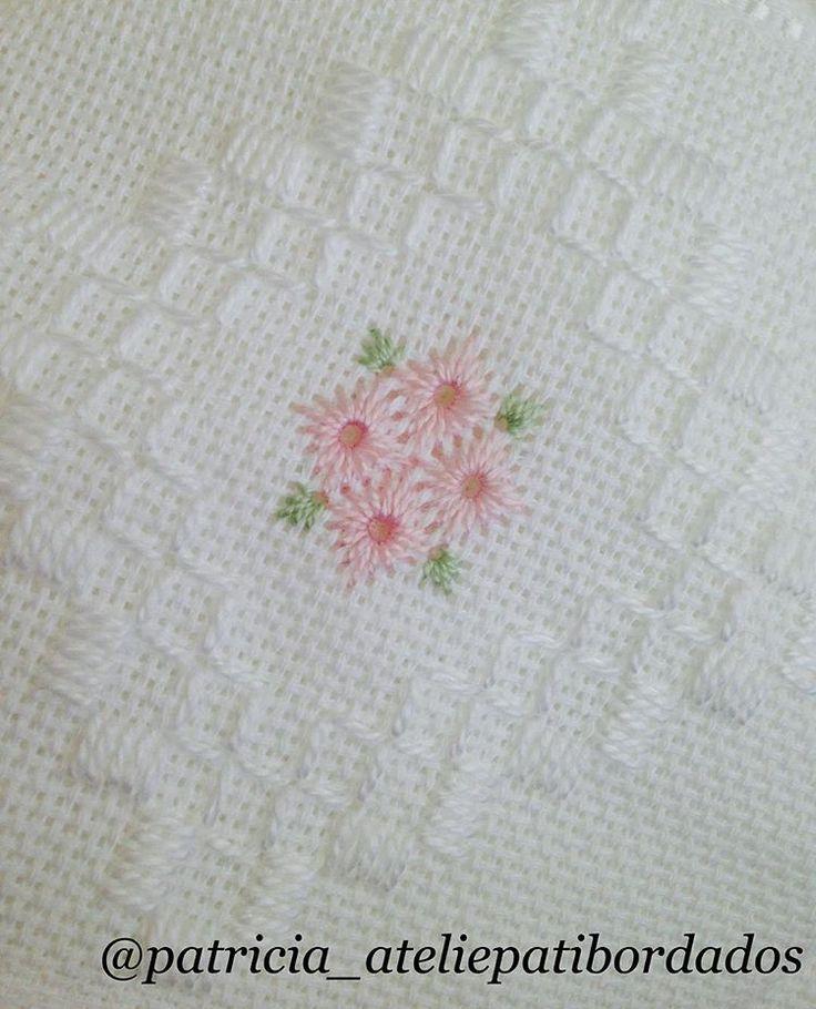 Branco, sempre muito fino. #handmade #pontoreto #embroidery #toalhabordada #artesanato