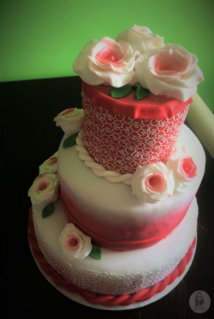 Romantische dreistöckige Hochzeitstorte